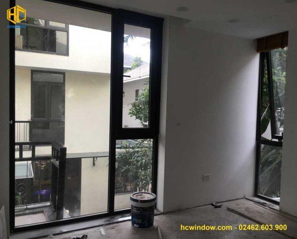 cửa sổ mở hất 1 cánh nhôm xing fa màu đen