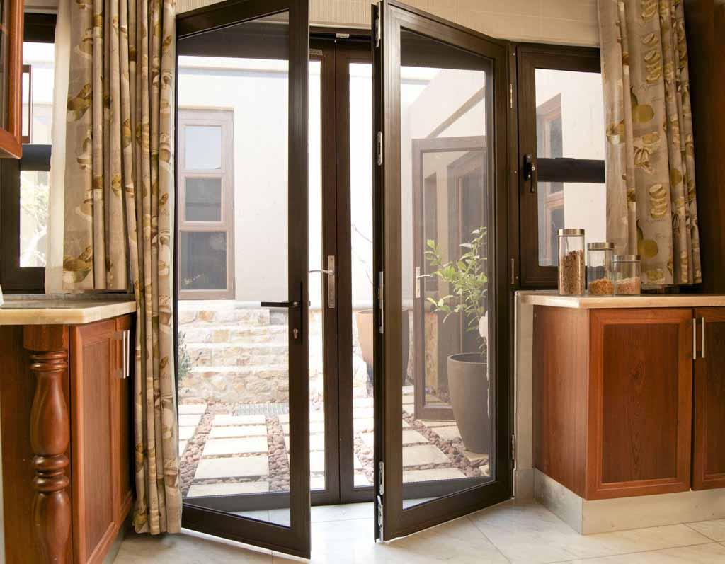 Nhà hiện đại nên chọn cửa chính bằng gì?